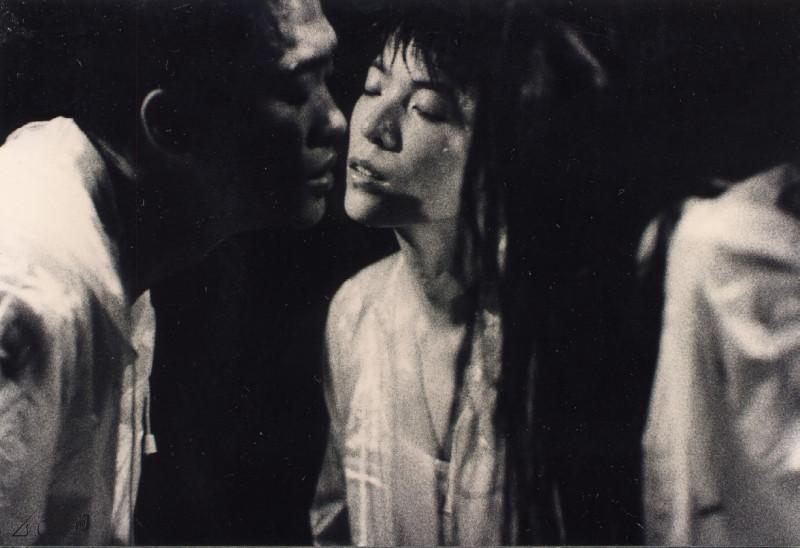 《冇關係》為「多空間」於1995年的創團作品, 當年主要舞者除嚴明然外還邀請了黃茹及梁家權參 與。攝影 張志偉
