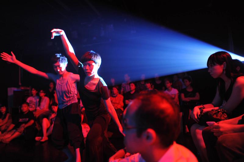 《緣舞場三十四.接─觸》(i-舞蹈節(香港)2012) 攝影:張志偉