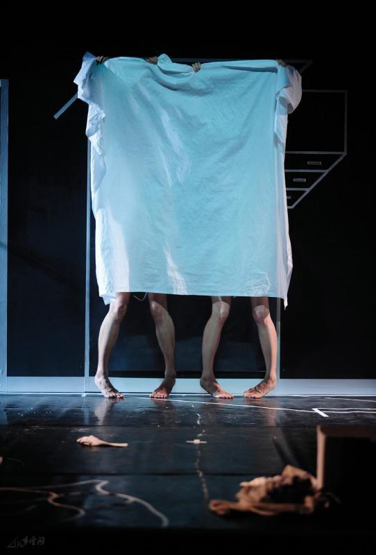 2010年《不是雙人房》於元朗劇院重演,除運 用其旋轉舞台外,並且由第二代舞者,李健偉、馬師 雅、宋楠及Christine Kehr主演。