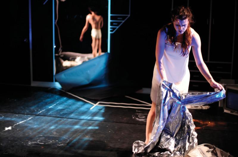 2010年《不是雙人房》於元朗劇院重演,除運 用其旋轉舞台外,並且由第二代舞者,李健偉、馬師 雅、宋楠及 Christine Kehr 主演。