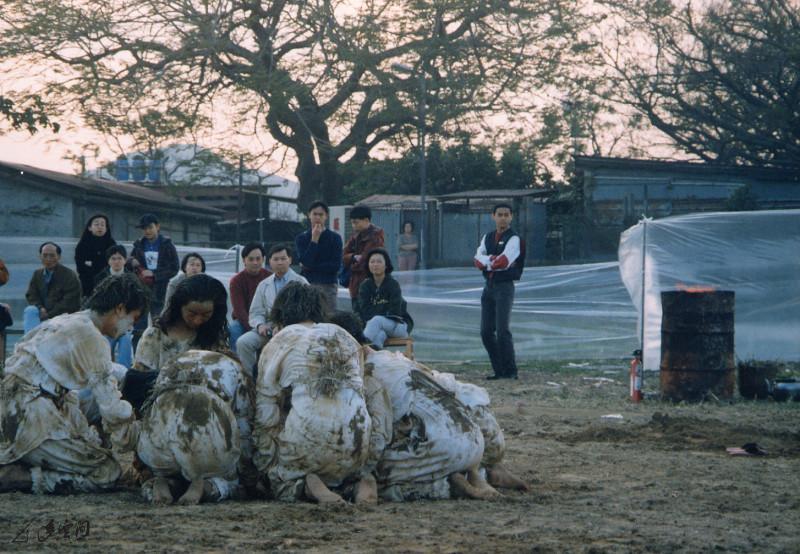 《昏迷I》1997年於元朗錦田大江埔演出,演出者並 非專業舞者,他們整整花了一年時間於泥地上排練。 攝影 張志偉