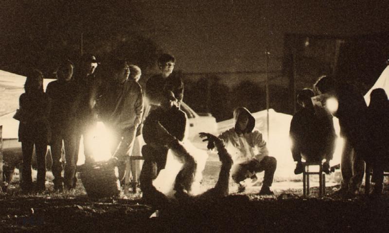 《昏迷I》原本在黃昏進行的演出,但其中一場表 演卻因為屯門公路大塞車而令演出延至晚上進行,燈光結果全靠自行駕車前往觀看表演的朋友以車頭燈作 照明。