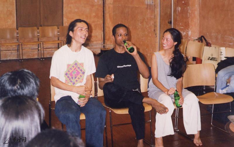 美國舞蹈大師 Ralph Lemon 於中環藝穗會演出《緣舞場一‧緣來如此》後,與 Victor 和 Mandy 一同會見觀眾。