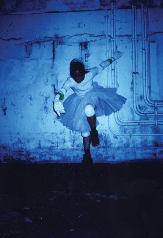 Mandy 於中環藝穗會天台演出《緣舞場二‧現 場計劃一、二、三》。攝影 鴻飛