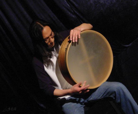 手鼓大師李耀誠於《緣舞場五‧Balance》的演出。