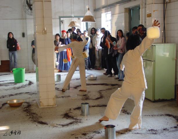 《緣舞場八‧多大的天幕及荳之道》移師於上水古洞「多大醬油廠」演出。攝影 Yvonne Lau