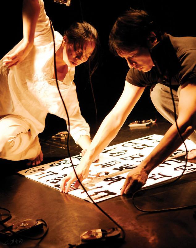 視覺藝術家梁廣基於《緣舞場十四‧十月四步曲》 中,一連四晚進行四場不同的裝置。攝影 Yvonne Lau