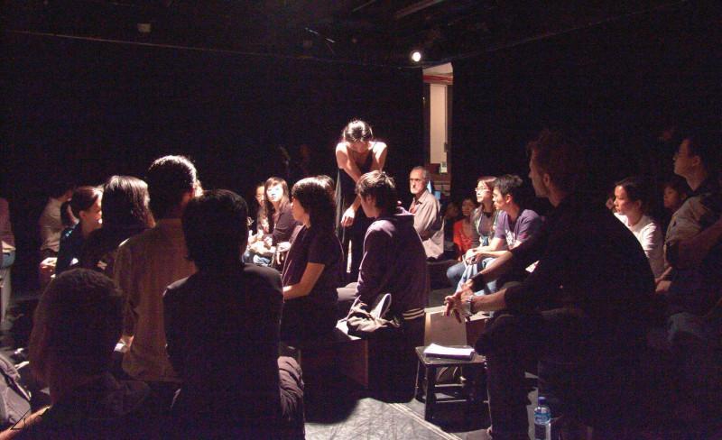《緣舞場十七‧171107 Sarah Kane》之觀眾被置於 舞台中央,表演者則於四方八面出現。