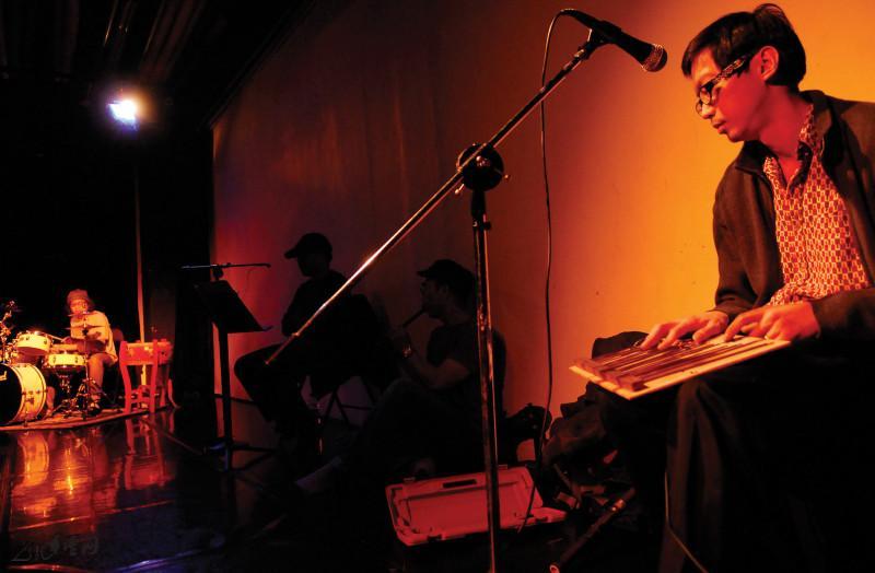 曾永曦 (Wilson) 與一眾藝術家於《緣舞場十八‧零捌‧ 壹‧肆》同台擦出火花。攝影 Jesse Clockwork