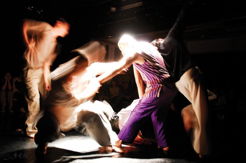 Astad Deboo 聯同張藝生、陳庭安、邱立信、馬才和及嚴明然於《緣舞場十五‧古典與現代》一同即興。 攝影 Jesse Clockwork