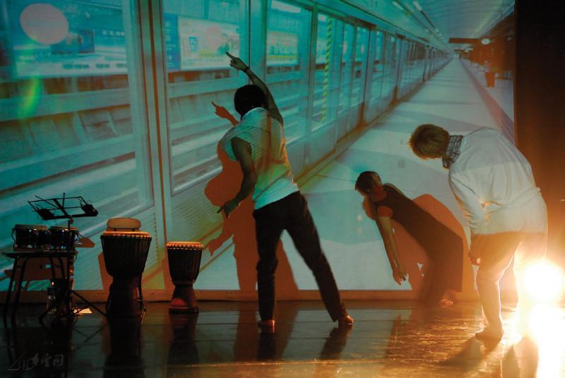 舞者王榮祿聯同一眾敲擊樂手於《緣舞場十九‧情迷 敲擊夜》的精彩演出,令人回味。攝影 Jesse Clockwork