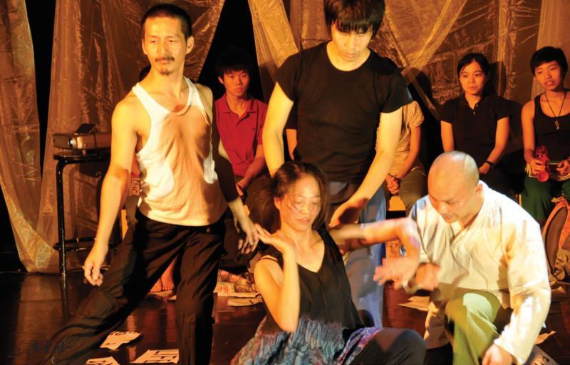 《緣舞場二十‧字》邀來台灣的陳英桃、韓國的金 大建及一眾本地藝術家張藝生、梁卓堃、麥志彪及梁 廣基等一同以字為題進行連場即興。