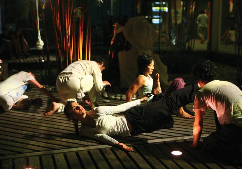 《緣舞場二十五‧裡裡外外》為「多空間」首次於元朗 劇院竹林進行環境即興。攝影 Charles Chan