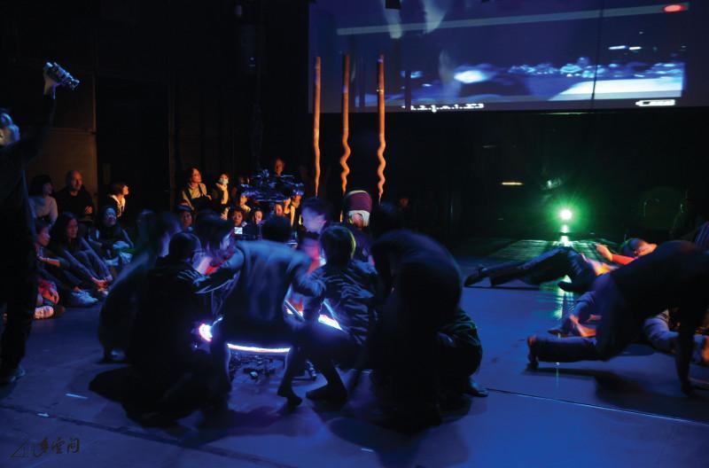 《緣舞場二十二‧即興舞蹈夜總匯》為i-舞蹈節2009 之重點節目,獲邀參與的本地與海外藝術家近三十人, 熱鬧非常。攝影 Isabella