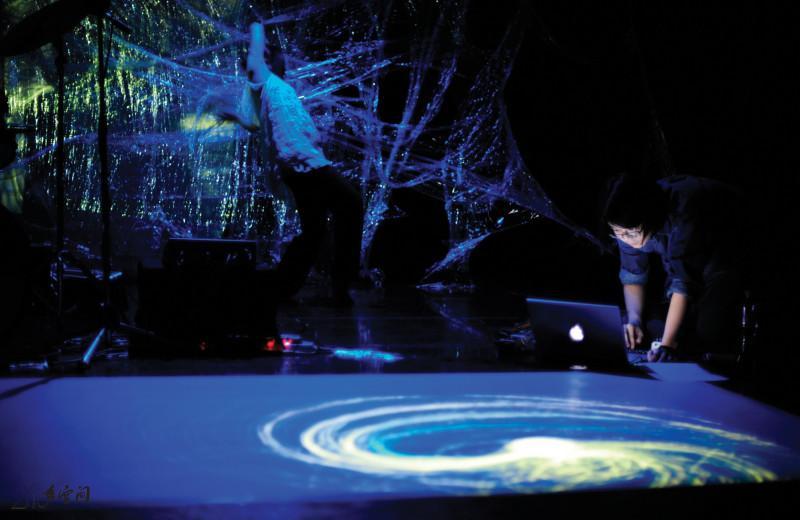 《緣舞場二十六‧生鬼聚會》邀來日本著名 敲擊樂家豐住芳三郎來港演出。攝影 Jesse Clockwork