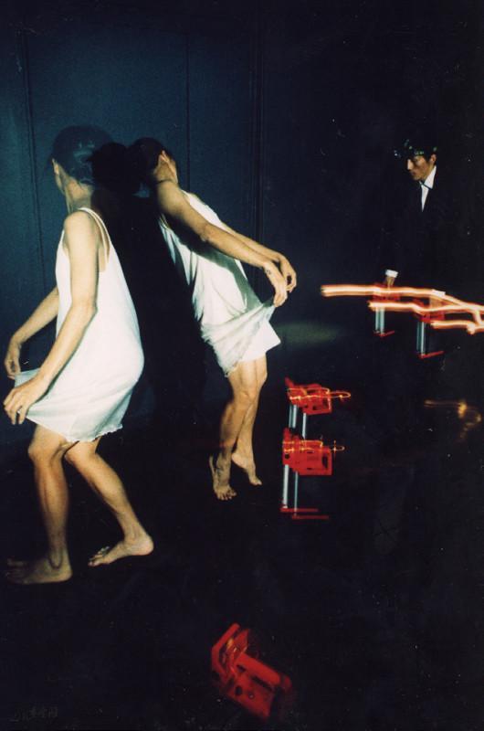 《「舞」!? 可能》之首演於香港藝術中心麥 高利小劇場,當中棄用舞台燈光及音響設備,而選用現 場人聲、手提擴音機、營燈、頭燈及電視機作照明及現 場音響。攝影 張志偉
