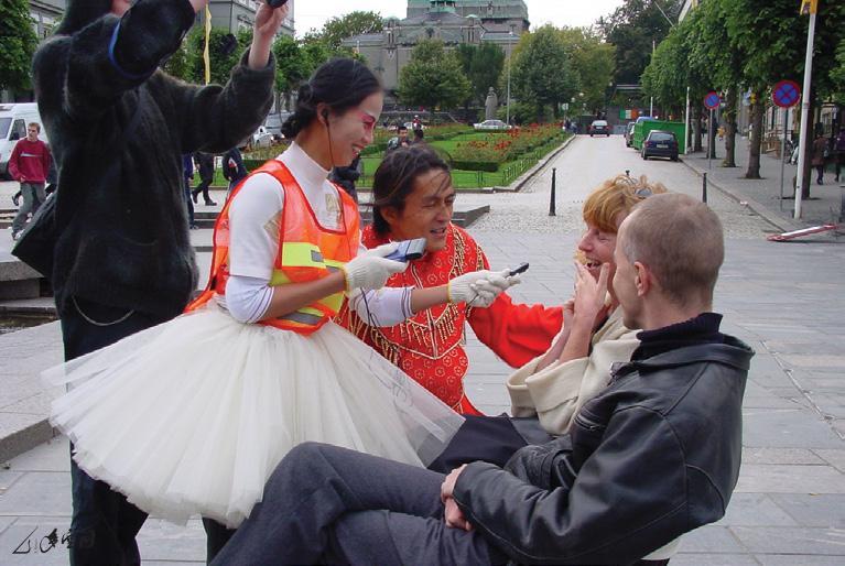 於挪威卑爾根市之街頭訪問,為《「舞」可能III》 的早期戶外版本。
