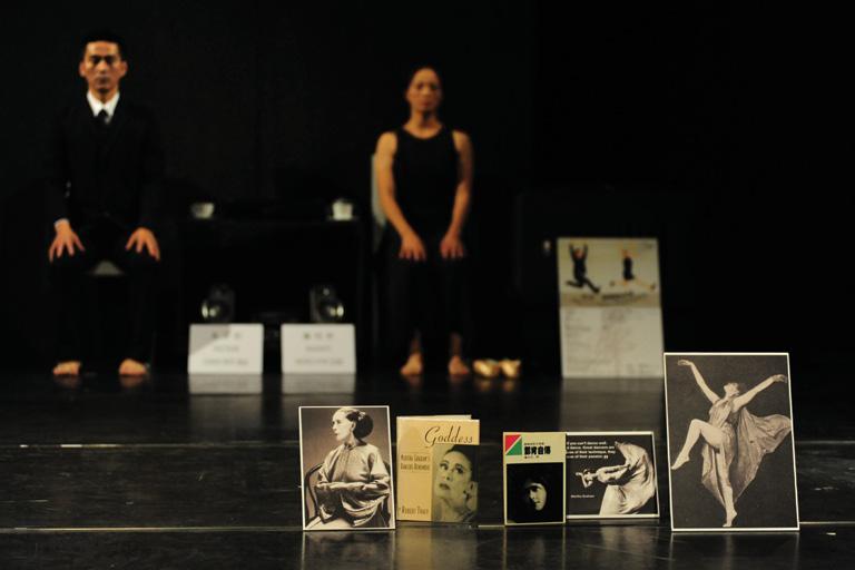 「多空間」之《「舞」可能III ― 這是一個舞蹈表演II之起 舞吧》獲邀於香港舞蹈節2010,聯同舞團動藝及不加 鎖舞踊館於《三各演異》中同台演出。攝影 Yvonne