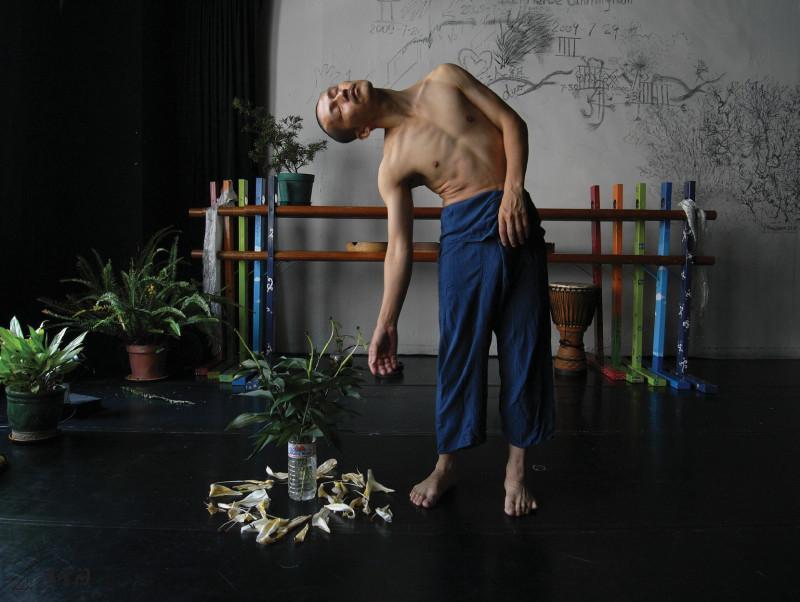 馬才和於2009年於「多空間」舞蹈創作室進行30天的 閉關演出,觀眾可透過網上24小時欣賞整個表演過程。 攝影 馬才和