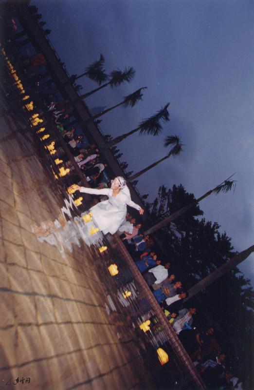 「多空間」為文化中心十周年慶典而度身訂造 的《舞蹈拼貼嘉年華》,當中運用劇院的水池、廣場、 走廊及劇院大堂等,進行一連串別開生面的環境舞蹈表演。 攝影 阿馬