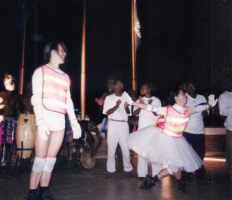 《舞匯雜碎》Victor及Mandy於Charter House三 樓平台連同當地的表演者一同創作的尾聲匯演。