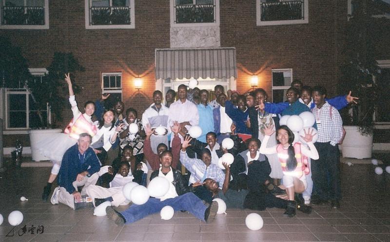 「多空間」成員與當地表演者於最後一場演出後一同 合照。