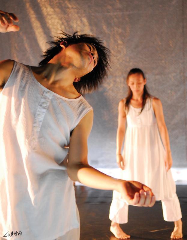 《呼吸II ― 現象》2008年邀請了台灣舞者郭乃妤 及韓國形體演員金大建,聯同香港的張藝生及嚴明然一 同演出。攝影 Jesse Clockwork
