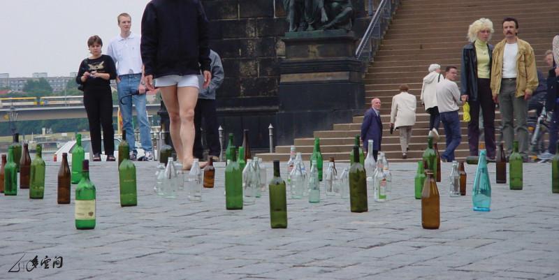 馬才和於德國德勒斯登的街頭演出《易碎品》。