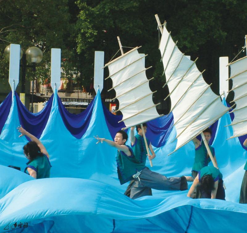 2004年《香港船與島的故事》於大嶼山梅窩的演出。 攝影 黃華