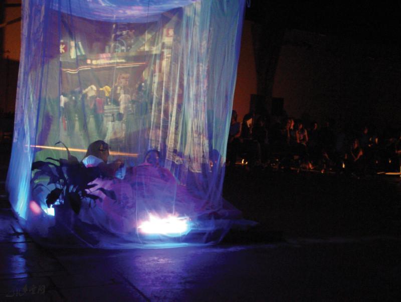 2005年 《身體、空間與身份II》於北京798時態空間 之演出。攝影 David Wong