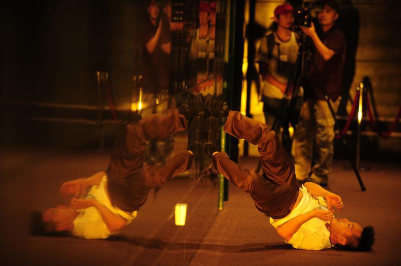 2010年《跳上跳落跳出跳入跳進元朗劇院》於元朗劇院表演。