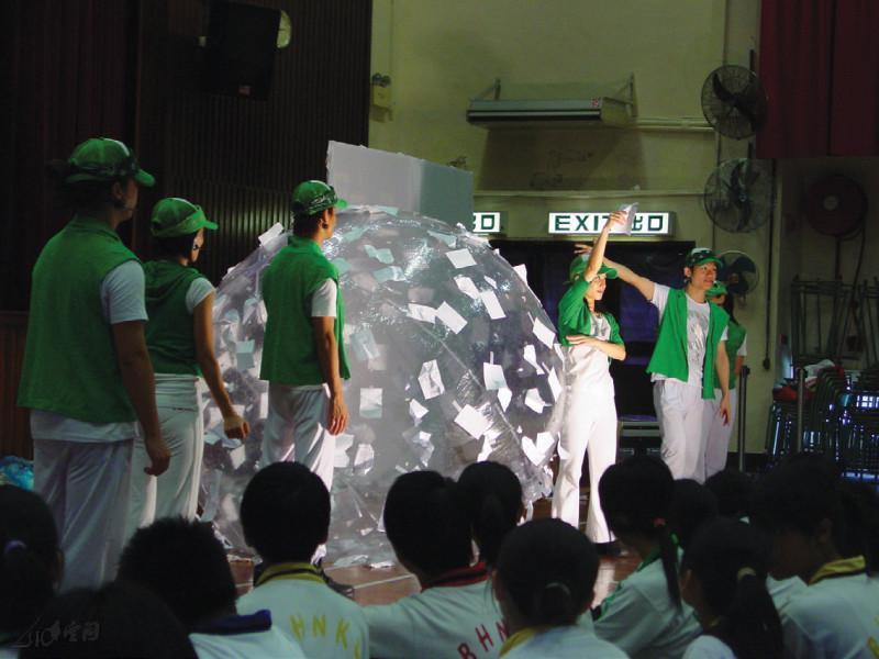 環保大使於《天使墮落凡間》向觀眾推介環保 信息。
