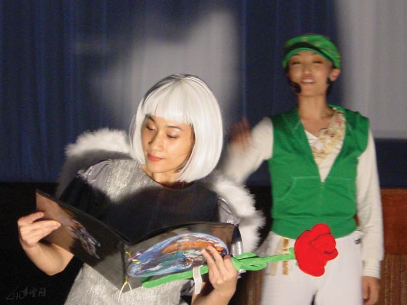 來自台灣的舞者許嘉卿演繹天使愛美麗之角色。