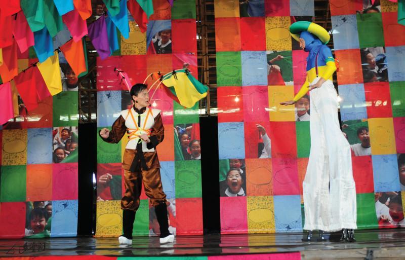 主持人阿Chan(陳文剛飾)於演出中數次被外星 人阿Man(李志文飾)打擾,而引發出《尋找快樂金 鎖匙》之連串故事情節。