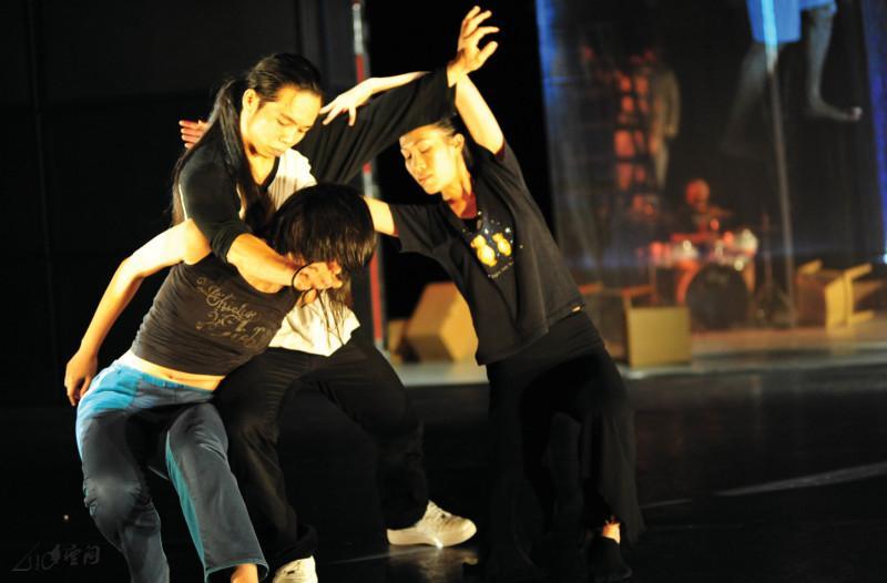 全體編舞及舞者們的集體即興《搞搞震》 攝影 Yvonne Chan