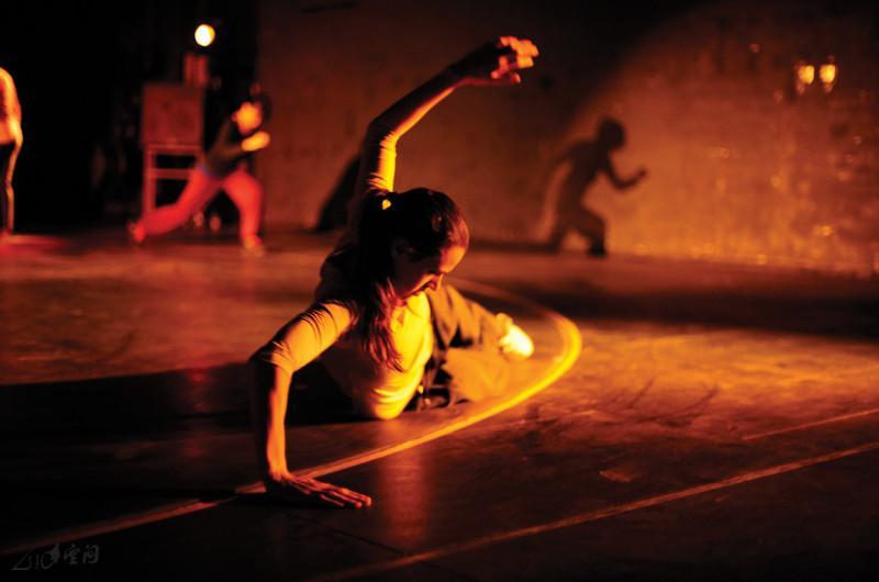 《跳上跳落跳出跳入跳進元朗劇院》於劇院台後的旋轉舞 台上表演。