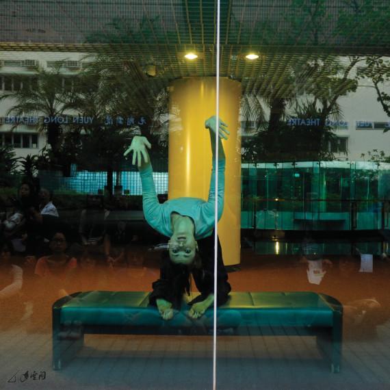 Christine Kehr於元朗劇院三樓大堂演出,觀眾則於公園 平台,隔著玻璃幕牆欣賞。 攝影 Jesse Clockwork