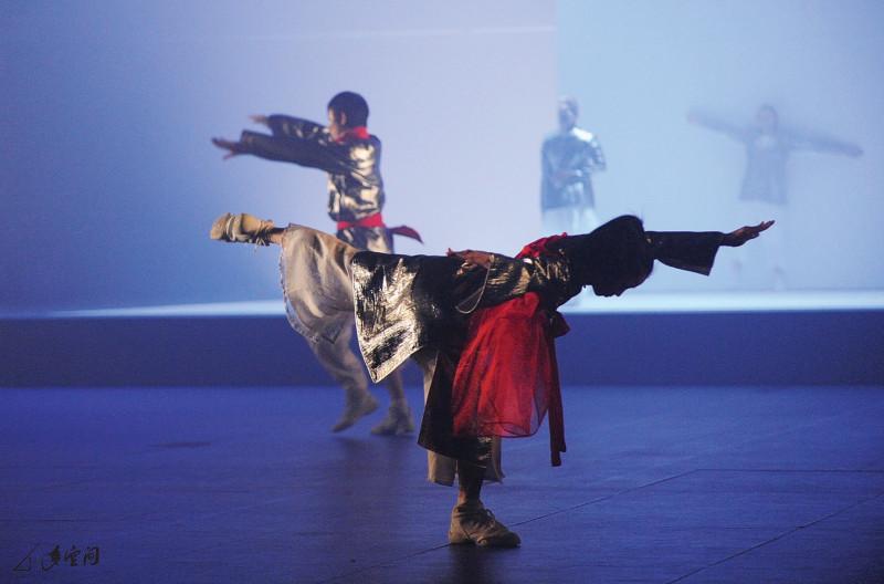 《反反覆覆》運用劇院的機動設施,前者為嚴明然,後 面為一眾波蘭舞者於升降台上演出。 攝影 Alfree Wong Man Hei