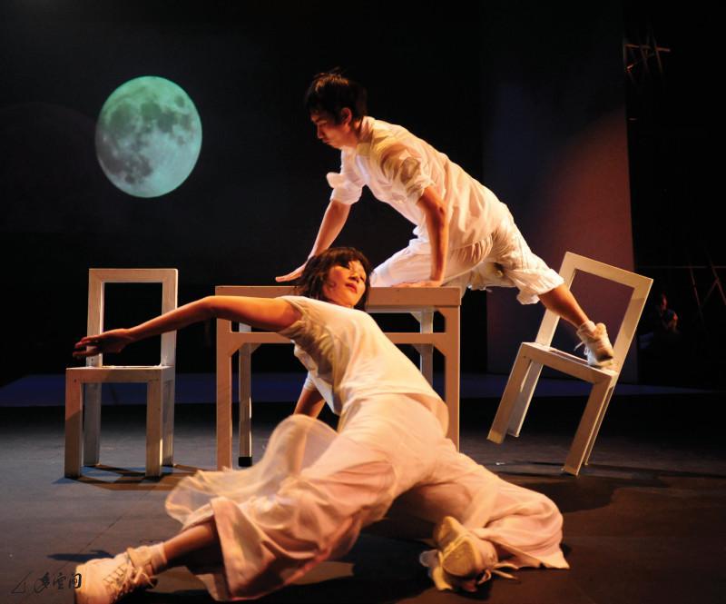 陳敏兒及宋楠於《反反覆覆》之演出。攝影 Jesse Clockwork